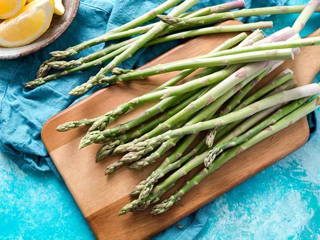 Groene asperges grillen